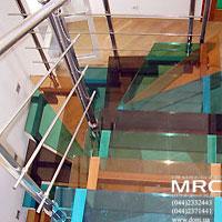 Лестницы со ступенями из разноцветного стекла - изображение 1